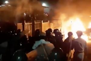 توڑ پھوڑ اور آگ زنی کرتی بھیڑ(فوٹو: ویڈیوگریب)