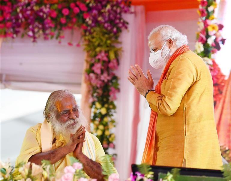 رام جنم بھومی ٹرسٹ کے چیف مہنت نرتیہ گوپال داس کے ساتھ وزیر اعظم نریندر مودی(فوٹوبہ شکریہ: پی آئی بی)