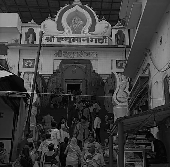 ہنومان گڑھی مندر،18ویں صدی میں اودھ کے نواب نے اس کی مرمت وغیرہ کے لیے شاہی خزانے سےپیسہ دیا تھا۔ (فوٹو: شیام بابو)