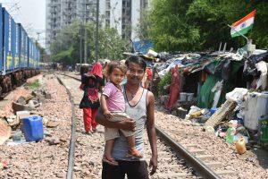 دہلی کے سرائے روہیلا ریلوے اسٹیشن کے پاس بسی ایک بستی۔ (فوٹو: پی ٹی آئی)