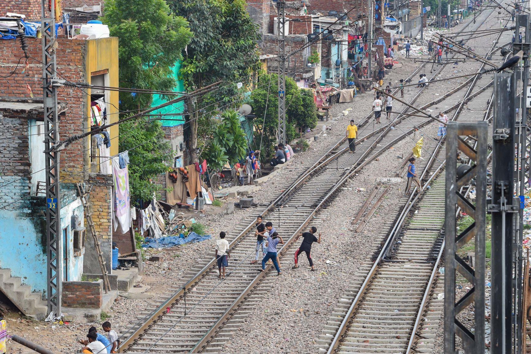 دہلی کے آزاد پور ریلوے اسٹیشن کے پاس بسی ایک بستی۔ (فوٹو: پی ٹی آئی)