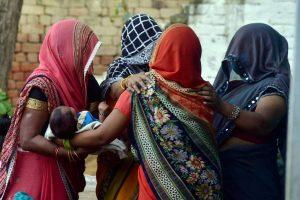 لڑکی کی موت کی خبر سن کر منگل کو ہاتھرس ضلع کے اس کے گاؤں میں گریہ و زاری کرتے اہل خانہ ۔ (فوٹو: پی ٹی آئی)