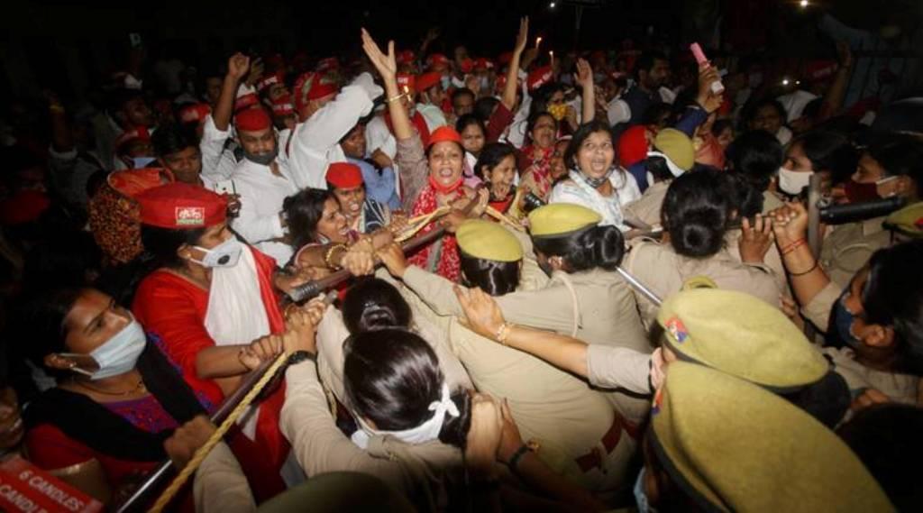 لڑکی کے گھروالوں کوانصاف دلانے کی مانگ کو لےکر مختلف سیاسی پارٹیوں اورتنظیموں نے مظاہرہ کیا۔ (فوٹو: پی ٹی آئی)