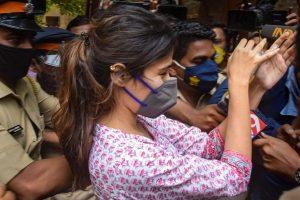 گزشتہ6 ستمبر کو این سی بی کی پوچھ تاچھ کے لیے جاتی ہوئی ریا چکرورتی کے ساتھ میڈیااہلکاروں کے ذریعے دھکامکی کی گئی تھی۔ (فوٹو: پی ٹی آئی)