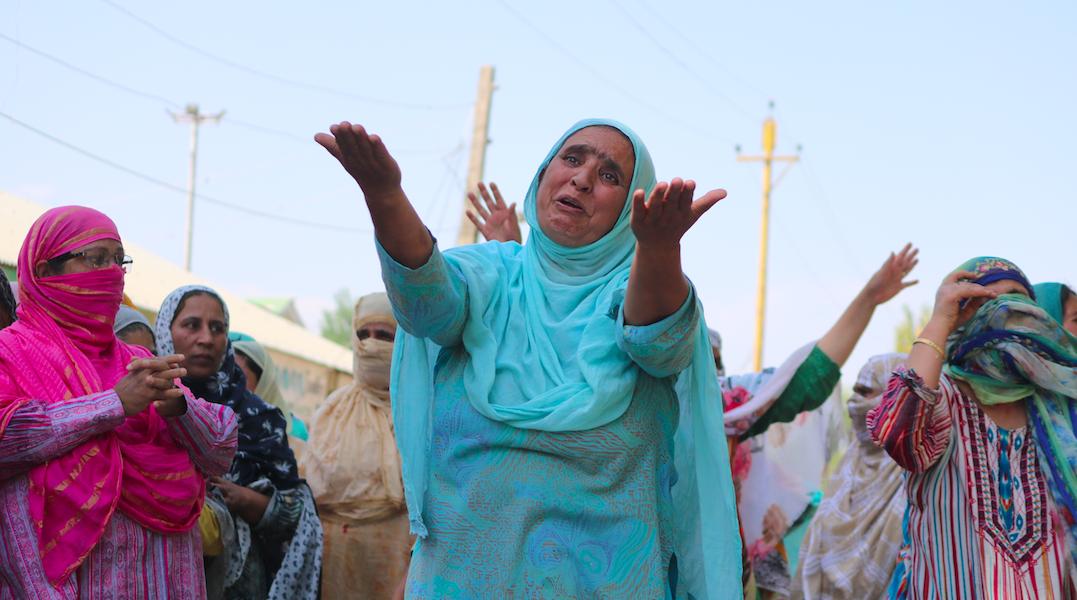 عرفان کی موت کے بعدمظاہرہ کرتےلوگ۔ (فوٹو: پیرزاد وسیم)