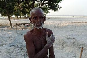 کھیتوں میں سے بالو نکال رہے 75 سالہ منگرو۔ (تمام فوٹو: منوج سنگھ)