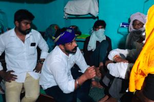 ہاتھرس متاثرہ کے اہل خانہ کے ساتھ بھیم آرمی چیف چندرشیکھر آزاد۔ (فوٹو:اسپیشل ارینج منٹ)