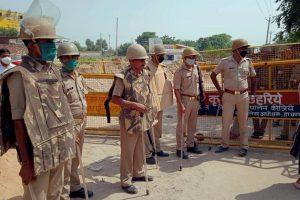 ہاتھرس ضلعے میں متاثرہ کے گاؤں میں تعینات پولیس فورس۔ (فوٹو: پی ٹی آئی)