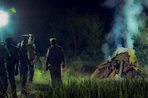 ہاتھرس گینگ ریپ متاثرہ کے آخری رسومات کی ادائیگی کرتے پولیس اہلکار۔ (فوٹو: پی ٹی آئی)