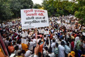 ہاتھرس گینگ ریپ متاثرہ کے لیے نئی دہلی میں منعقدایک مظاہرہ۔ (فوٹو: پی ٹی آئی)