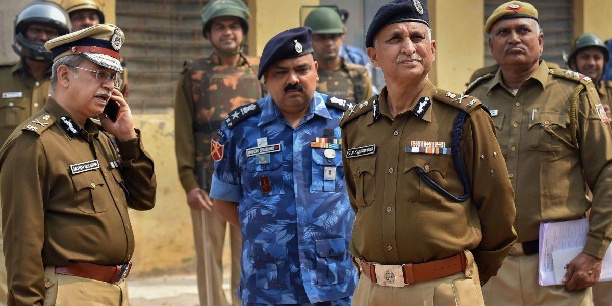 دہلی پولیس اہلکاروں کے ساتھ پولیس کمشنر ایس این شریواستو۔ (فوٹو: پی ٹی آئی)