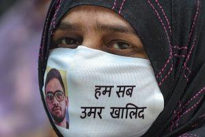 عمر خالد کی گرفتاری کے بعد دہلی میں ہوئی ایک پریس کانفرنس میں ان کی والدہ ۔ (فوٹو: پی ٹی آئی)