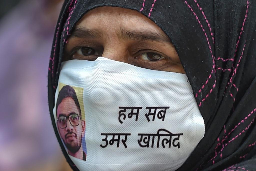 عمر خالد کی گرفتاری کے بعد دہلی میں ہوئی ایک پریس کانفرنس میں ان کی ماں صاحبہ۔ (فوٹو: پی ٹی آئی)