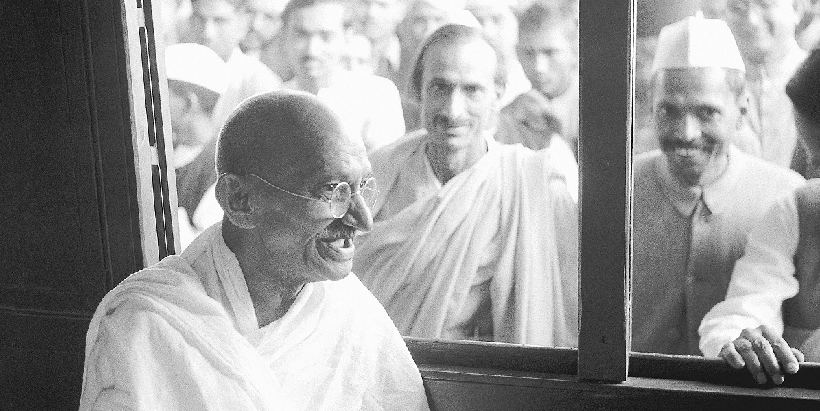 Mahatma Gandhi receives a donation in a train compartment. Photo: Wikimedia Commons/Unknown author, Public domain