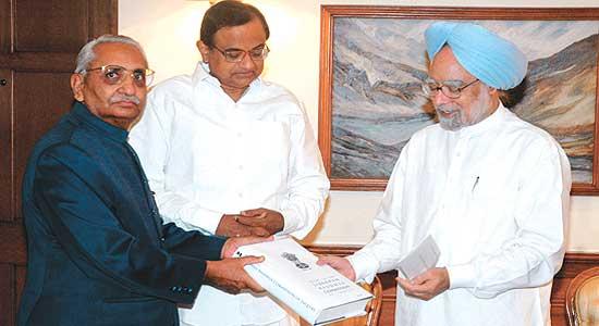 جنوری، 2009 میں اس وقت کے ووزیر اعظم منموہن سنگھ کولبراہن کمیشن کی رپورٹ سونپتے جسٹس ایم ایس لبراہن۔ (فوٹو: پی ٹی آئی)