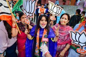 بہاراسمبلی انتخاب میں این ڈی اے کی جیت پر نئی دہلی میں میڈیا سے بات کرتے بی جے پی کارکن۔ (فوٹو: پی ٹی آئی)