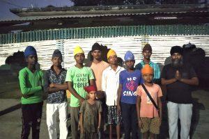 ہلہلیا کے گرودوارے میں کشن سنگھ اور سکھ مذہب اپنانے والوں کے بچے۔ (فوٹو: ہیمنت کمار پانڈے)