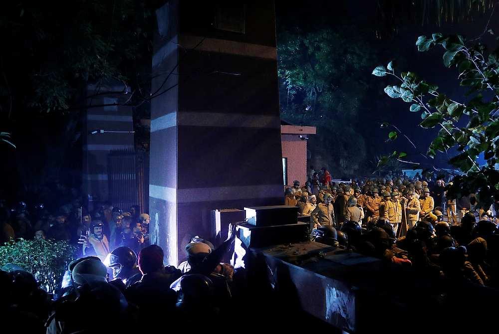 05 جنوری 2020 کی رات جے این یو کے گیٹ پر تعینات پولیس(فوٹو: رائٹرس)