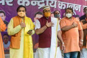 'لو جہاد'کے خلاف عہد لیتے وشو ہندو مہاسنگھ کے ممبر۔ (فوٹو: پی ٹی آئی)