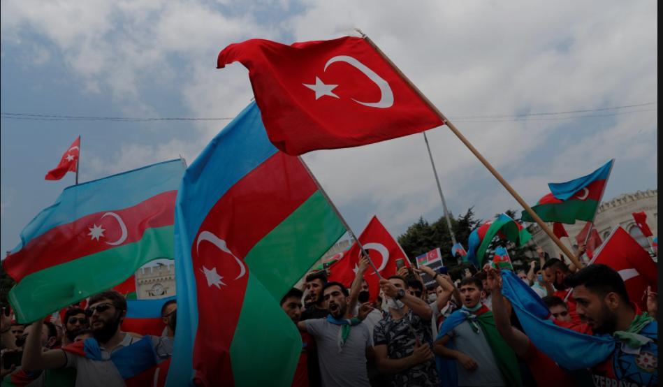 گزشتہ 19 جولائی ، 2020 کو استنبول میں آذربائیجان اور آرمینیا کے مابین جھڑپوں کے بعد ایک احتجاج کے دوران ترکی میں مقیم آذریوں نے ترکی اور آذربائیجان کے پرچم لہرائے۔فائل فوٹو: رائٹرس