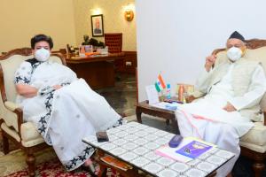 این سی ڈبلیو کی صدر ریکھا شرما اور مہاراشٹر کے گورنر بھگت سنگھ کوشیاری (فوٹو بہ شکریہ ٹوئٹر)