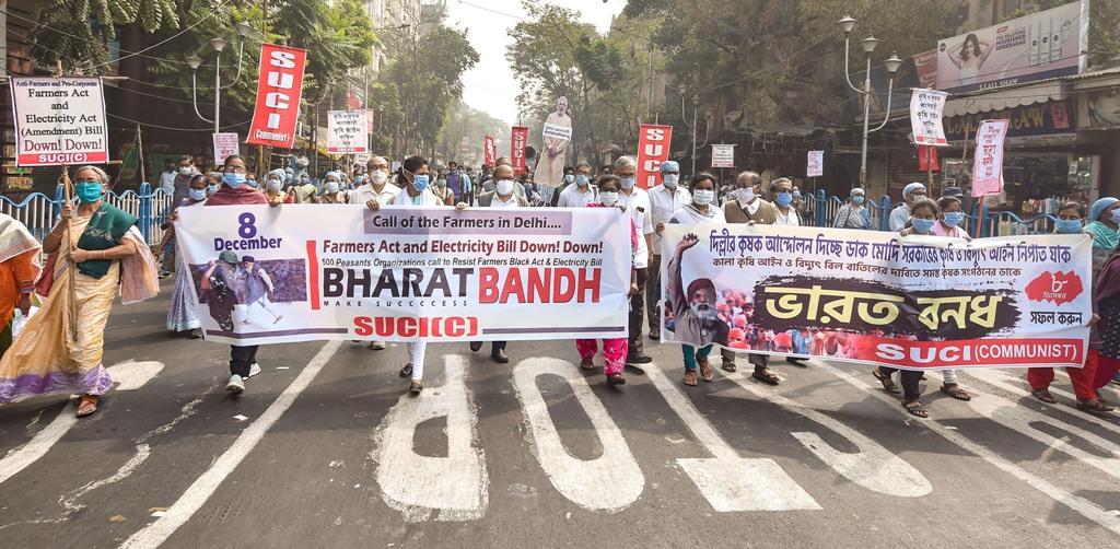 کولکاتہ میں سوشلسٹ یونیٹی سینٹر آف انڈیا کے کارکنوں نے بھارت بند کی حمایت میں منگل کو ریلی نکالی۔ (فوٹو: پی ٹی آئی)