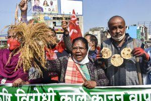 جھارکھنڈ کی راجدھانی رانچی میں سیاسی کارکنوں نے بند کے دوران ریلی نکالی۔ (فوٹو: پی ٹی آئی)