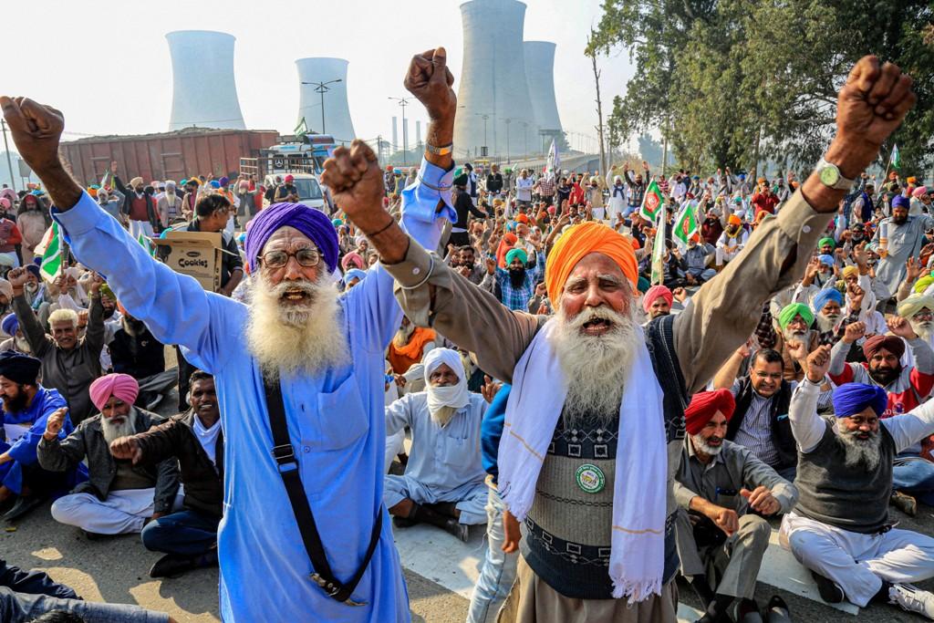 پنجاب کے بتھنڈہ شہر میں بھارتیہ کسان یونین کے ممبروں نے قومی شاہراہ15 پر جام لگاکر بند کی حمایت کی۔ (فوٹو: پی ٹی آئی)