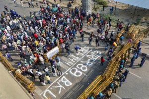 نئی دہلی میں غازی پور بارڈر پر فورس کے سامنے ڈٹے بھارتیہ کسان یونین کے ممبر۔ (فوٹو: پی ٹی آئی)