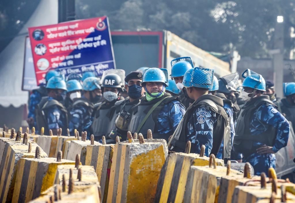 بھارت بند کے دوران نئی دہلی کے سنگھو بارڈر پر تعینات سیکورٹی اہلکار۔ سنگھو بارڈر کسان آندولن کا مرکز بنا ہوا ہے۔ (فوٹو: پی ٹی آئی)