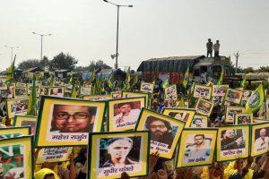 10دسمبر کو کسانوں کے مظاہرہ میں گرفتار کیے گئے سماجی کارکنوں کےلیےاپنی حمایت کا اظہار کرتے مظاہرین۔ (فوٹو: د ی وائر)