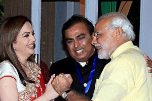 وزیر اعظم نریندر مودی کے ساتھ مکیش امبانی اور نیتا امبانی۔ (فائل فوٹو: پی ٹی آئی)