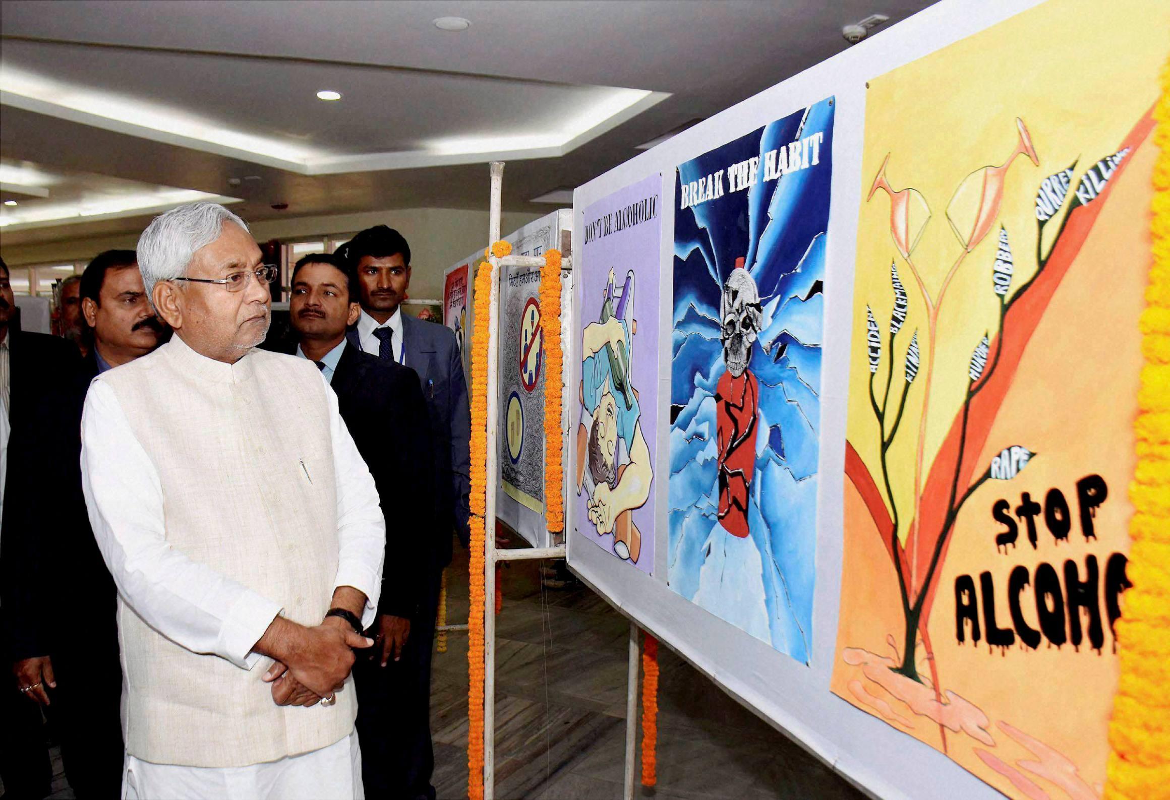 بہار کے وزیراعلیٰ نتیش کمار پٹنہ میں شراب بندی کے پوسٹر دیکھتے ہوئے۔ (فوٹو: پی ٹی آئی)