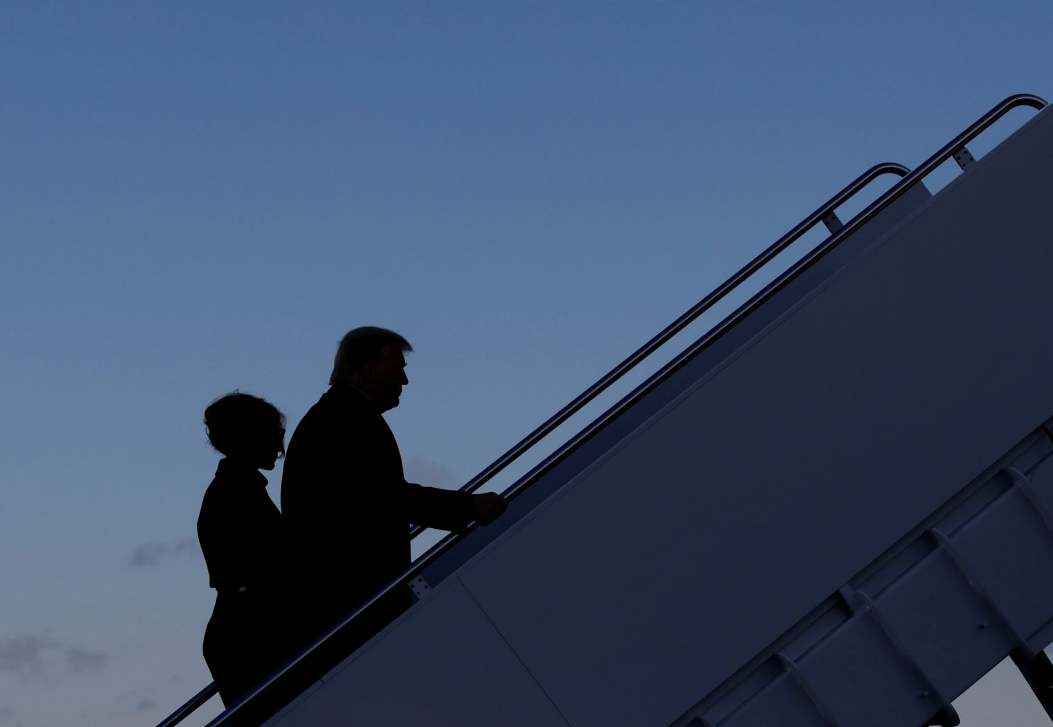 فلورڈا کے لیے روانہ ہوتے سابق صدر ڈونالڈ ٹرمپ اور ان کی بیوی میلنیا ٹرمپ۔ (فوٹو: رائٹرس)