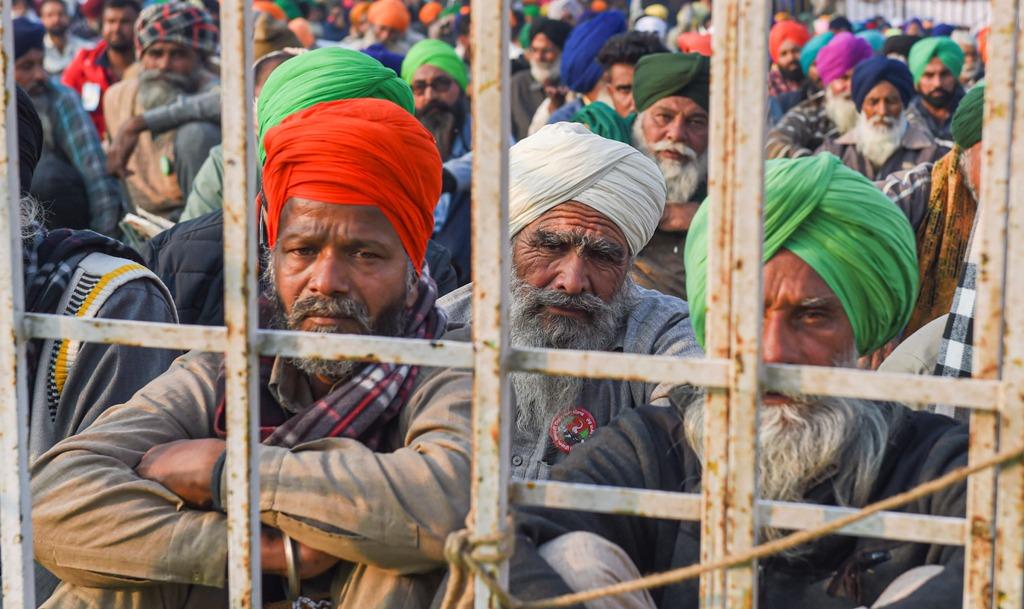سنگھو بارڈر پر بیٹھےمظاہرین۔ (فوٹو: پی ٹی آئی)