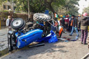 دہلی کے آئی ٹی اوپر منگل کومظاہرہ کے دوران ٹریکٹر پلٹنے سےنوجوان کی موت ہو گئی۔ (فوٹو: پی ٹی آئی)