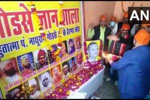 مدھیہ پردیش کے گوالیار میں گوڈسے گیان شالا کا افتتاح کرتے ہندو مہاسبھا کے ممبر۔ (فوٹوبہ شکریہ : اے این آئی)