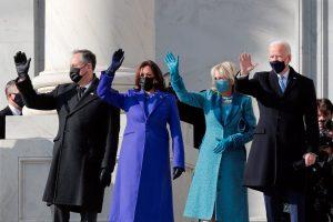 امریکہ کے صدر جو بائیڈن، ان کی بیوی جل بائیڈین، نائب صدر کملا ہیرس اور ان کے شوہر ڈگ ایم ہاف۔ (فوٹو: رائٹرس)