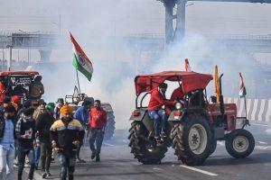 کسانوں پر دہلی پولیس کے ذریعےآنسو گیس چھوڑے گئے۔ (فوٹو: پی ٹی آئی)