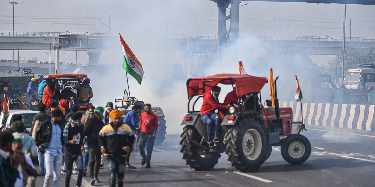کسانوں کے ایک گروپ پر دہلی پولیس کے ذریعےآنسو گیس چھوڑے جانے کامنظر۔ (فوٹو: پی ٹی آئی)