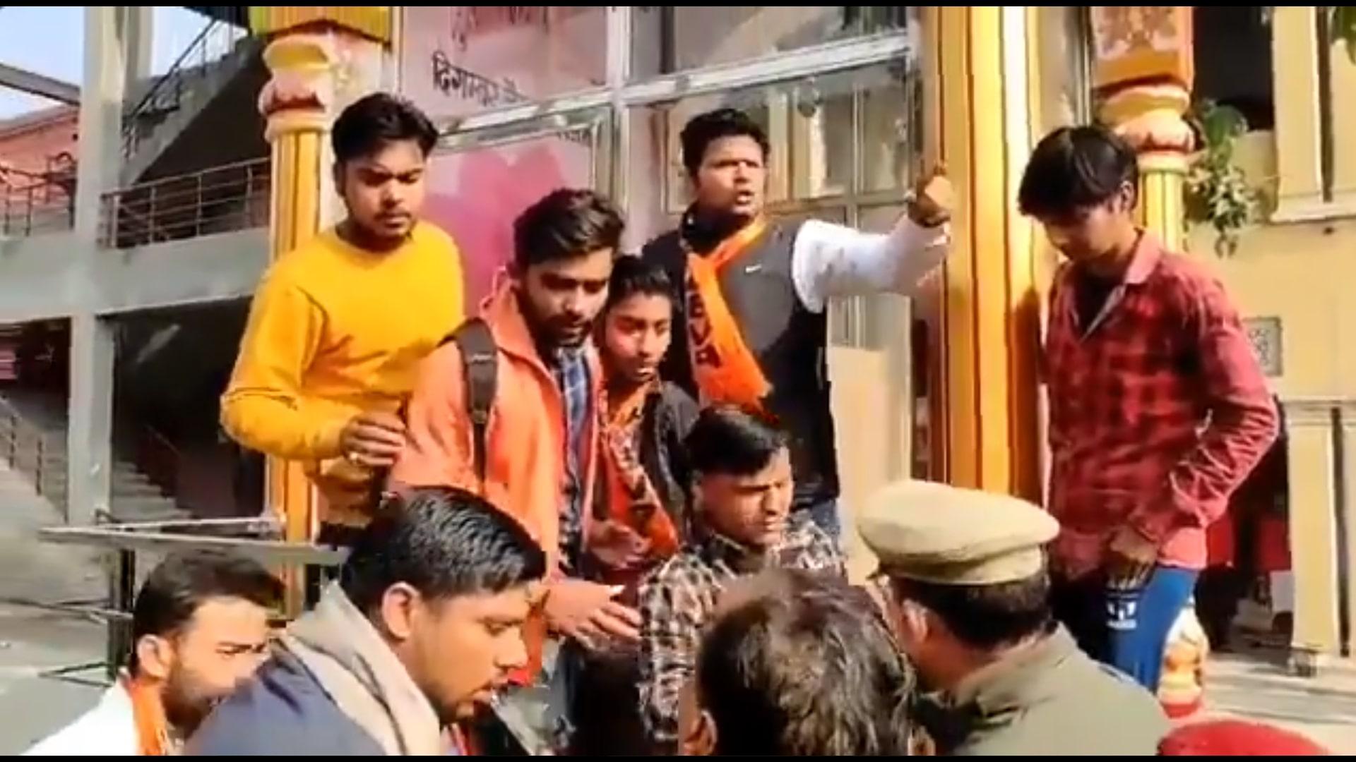 اتر پردیش کے دگمبر جین کالج میں جین کے مجسمے کے پاس اکٹھا اے بی وی پی کارکن۔ (ویڈیو اسکرین گریب: ٹوئٹر/@djohninc)