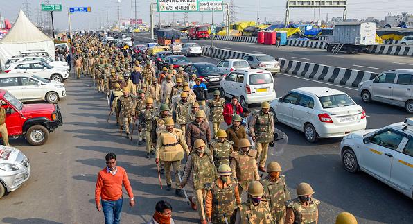 غازی پور بارڈر پر فلیگ مارچ کرتے سکیورٹی فورسز۔ (فوٹو: پی ٹی آئی)