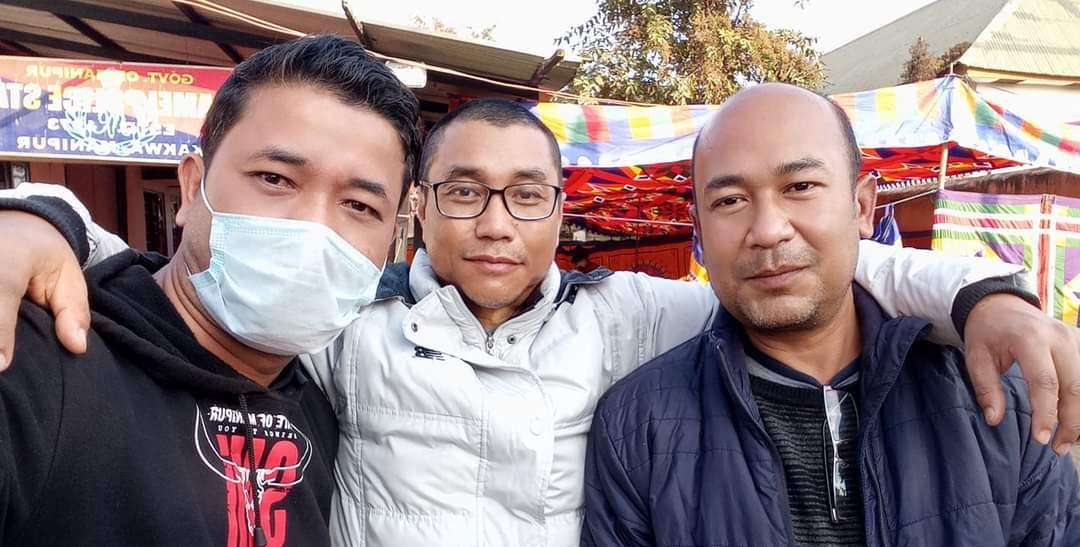 صحافی کشورچند وانگ کھیم کے ساتھ پاؤجیل چاؤبا اور ایڈیٹر ان چیف دھیرین ساڈوکپام۔ (فوٹو بہ شکریہ: کشورچند وانگ کھیم)