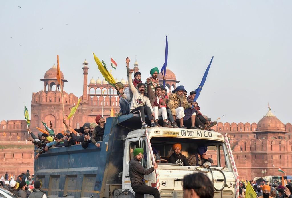 یوم جمہوریہ کے موقع پرپر نئےزرعی قوانین کے خلاف کسان ٹریکٹر پریڈ کے دوران لال قلعے پر پہنچے تھے۔ (فوٹو: پی ٹی آئی)