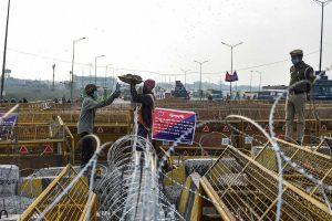 کسانوں کو روکنے کے لیے خاردار تار، بیریکیڈنگ اور سیمنٹیڈ دیوار کے ذریعے بنایا جا رہا سکیورٹی گھیرا۔ (فوٹو: پی ٹی آئی)