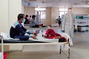 نئی دہلی کے ایک اسپتال میں یوگا کرتے کورونا کے مریض۔ (فائل فوٹو: پی ٹی آئی)
