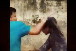 ڈاسنہ کے مندر میں نابالغ مسلم لڑکے کی بے رحمی سےپٹائی کا ویڈیو سوشل میڈیا پر وائرل ہوا تھا۔ (بہ شکریہ: ویڈیوگریب)