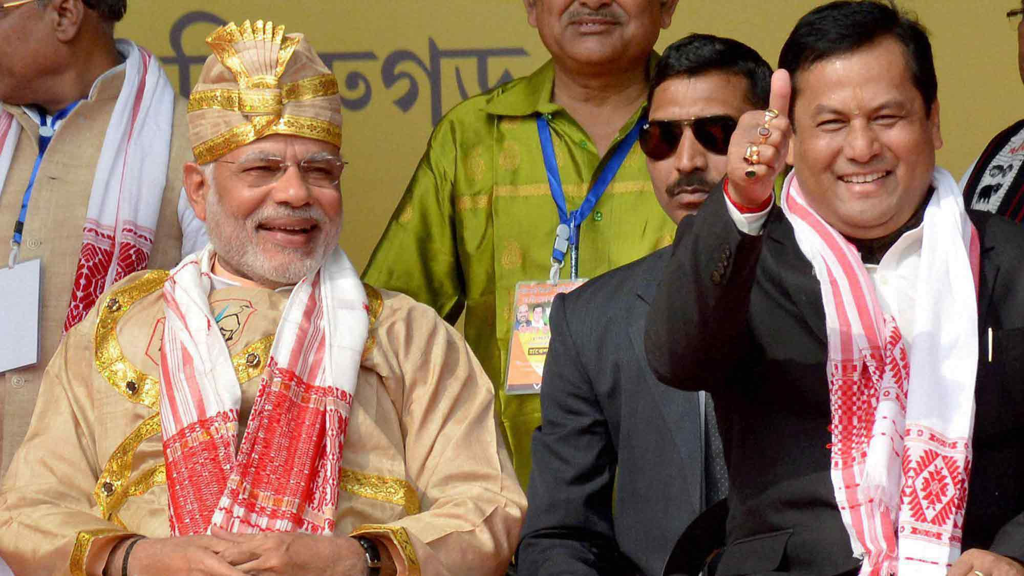 وزیر اعظم نریندر مودی کے ساتھ آسام کے وزیر اعلیٰ سربانند سونووال۔ (فائل فوٹو: پی ٹی آئی)