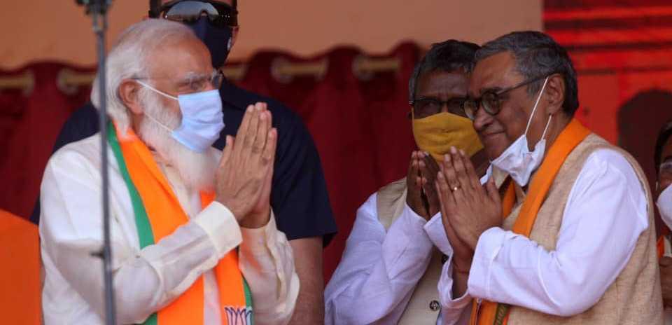 وزیر اعظم نریندر مودی اور سوپن داس گپتا۔ (فوٹو: فیس بک/Swapan Dasgupta)