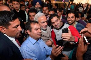 نومبر 2015 میں دیوالی کے موقع پر وزیر اعظم نریندر مودی کے ساتھ سیلفی لیتےصحافی۔ (فائل فوٹو: پی ٹی آئی)